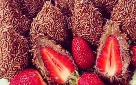 Bolas de Chocolate Rellenas de Fresas