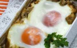 Champiñones en Salsa con Huevo