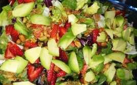 Ensalada de Brotes Verdes con Frutos Secos y Aguacate