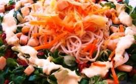 Ensalada de Fideos Chinos y Salsa de Yogur
