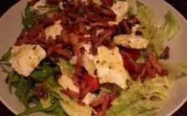 Ensalada Templada Con Pollo, Bacon Y Queso