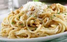 Espaguetis Con Frutos Secos Y Parmesano