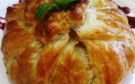 Hojaldre de Camembert con Jamón y Cebolla