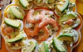 Huevos con Ensaladilla de Aguacate y Langostinos