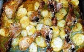 Muslitos de Pollo al Horno con Patatas y Salsa de Hierbas