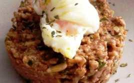 Picadillo de Carne con Piñones y Huevo Poché