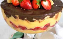 Postre de Natillas con Fresas y Chocolate