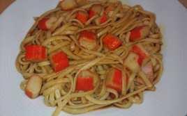 Tallarines con Salsa de Soja y Palitos de Mar