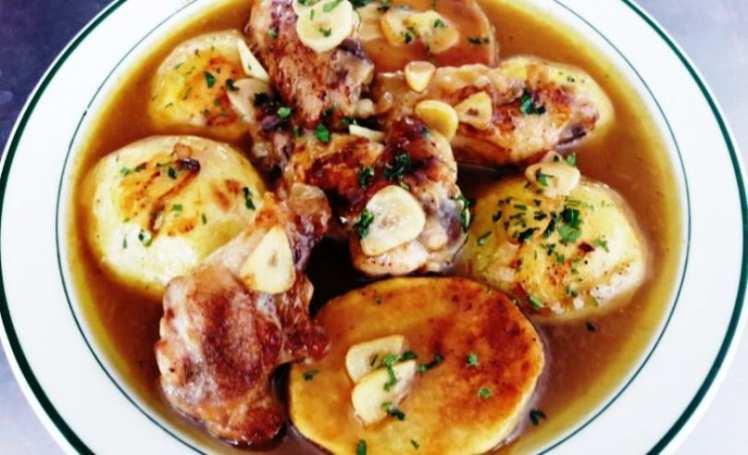 Alitas de Pollo al Ajillo con Patatas Asadas