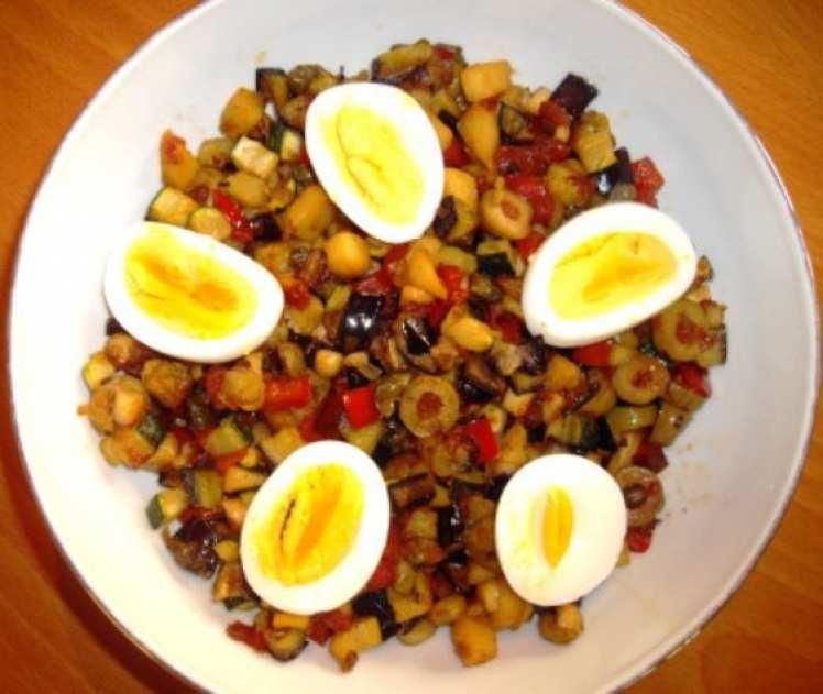 Caponata Siciliana con Almendras y Huevos