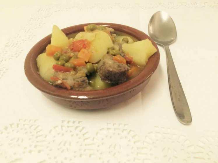 Carne guisada con patatas y guisantes