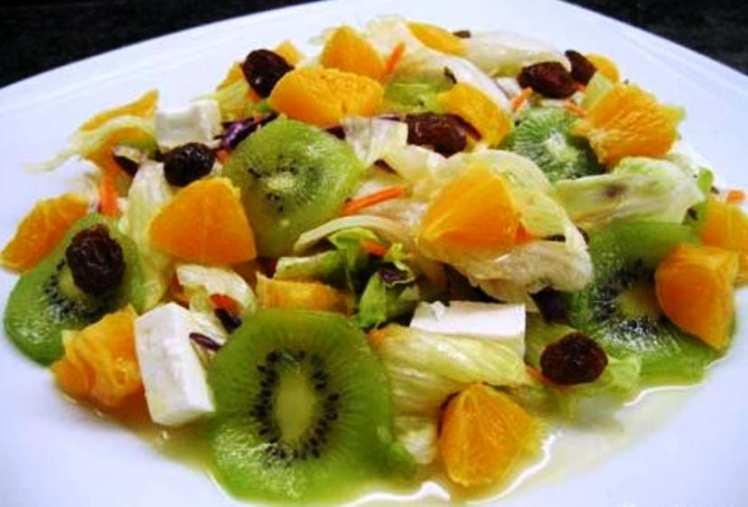 Ensalada de Frutas con Lechuga y Queso