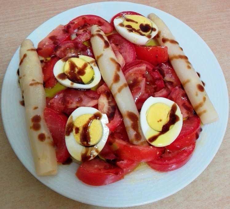 Ensalada de Tomate con Huevos y Espárragos