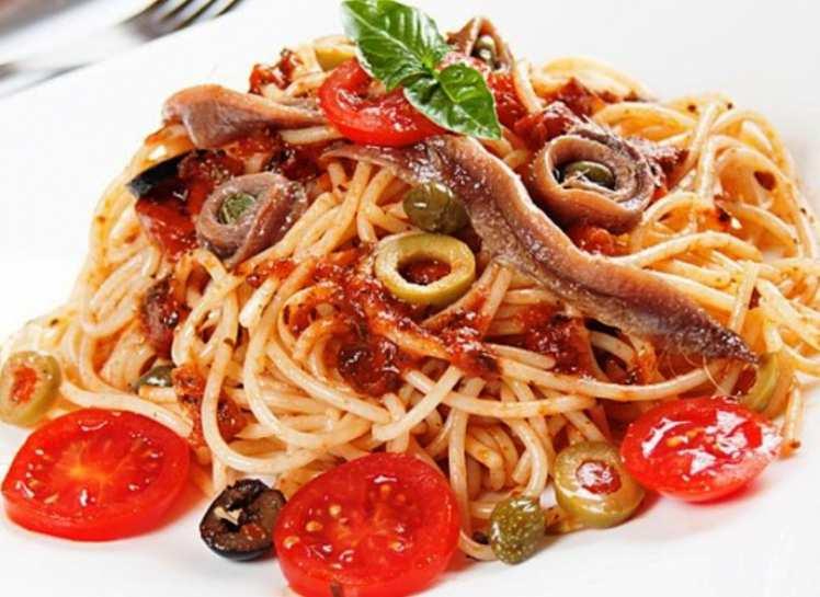 Espaguetis con Anchoas y Aceitunas