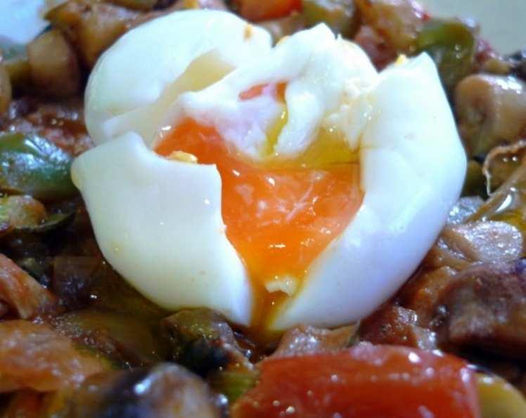 Fritada de Verduras con Huevos Poché