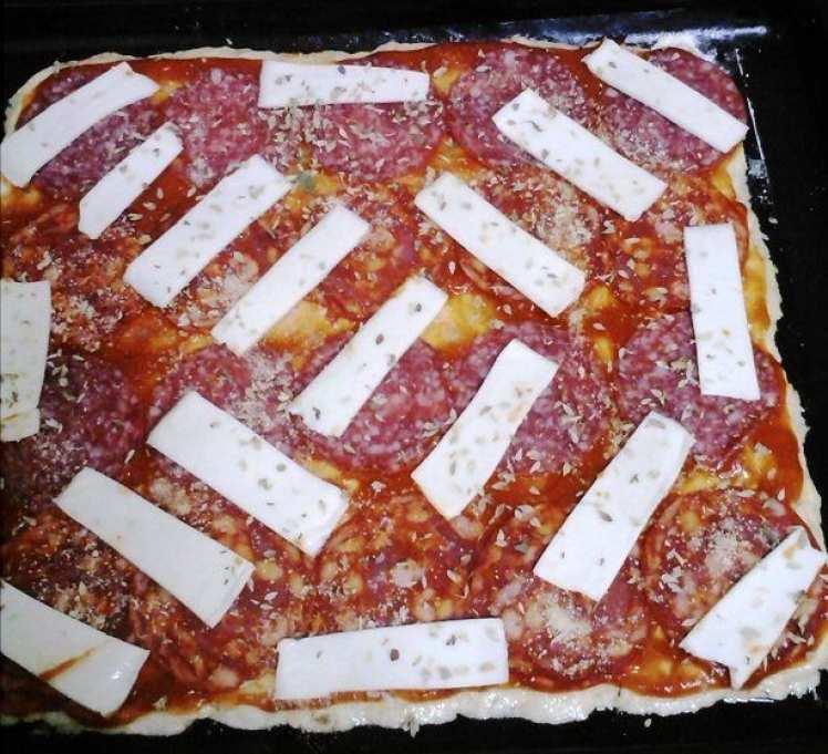 Pizza Casera con Chorizo, Salchichón y Tranchetes