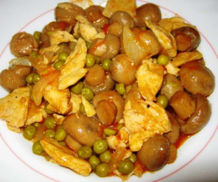 Pollo al Curry con Champiñones y Guisantes