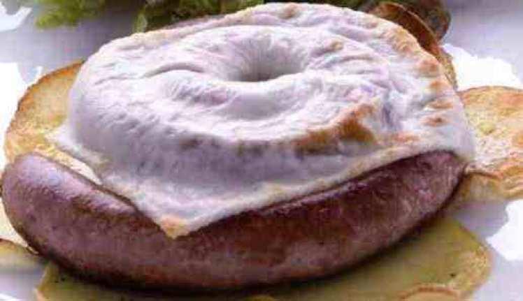 Salchichas En Torta De Patatas Y Queso